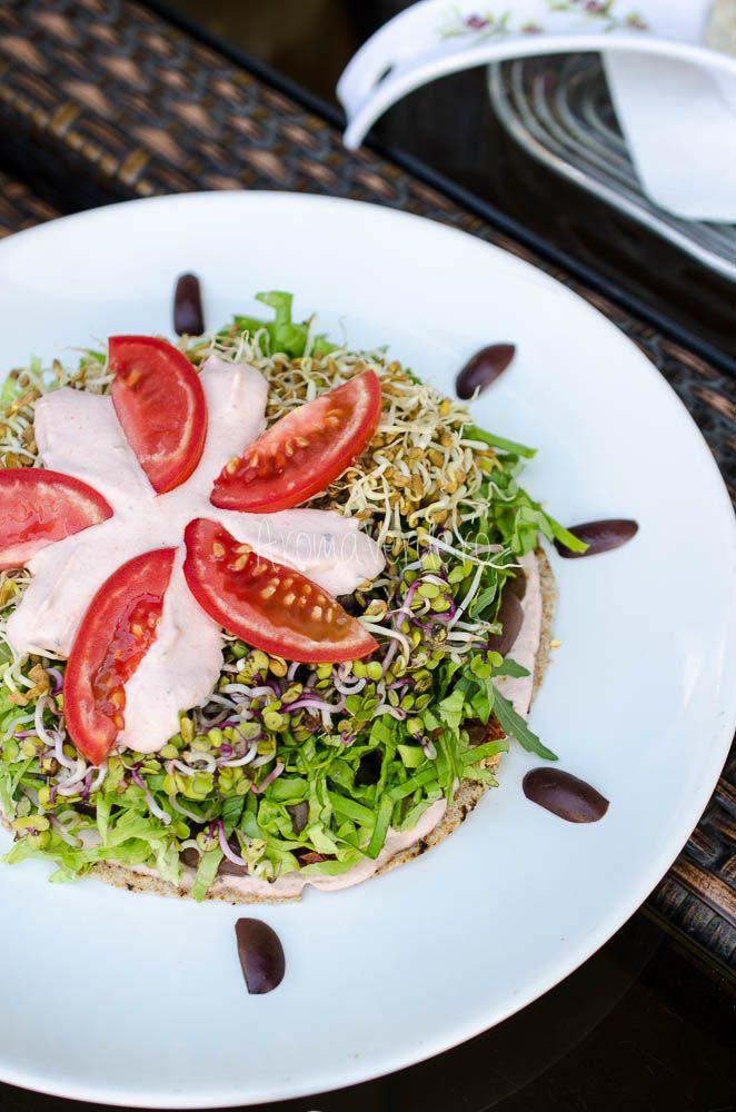 Restaurant Barca cu prieteni și hrană vie, un loc unde mâncarea vegană este pregătită cu iubire și dăruire, cu deserturi raw delicioase și atmosferă caldă.