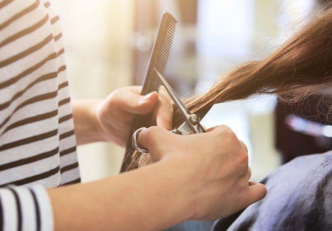 Se tem uma pessoa que sabe a fundo sobre a vida de suas clientes é o cabeleireiro. Enquanto estão cortando os cabelos, muitas mulheres se abrem e contam mais sobre sua rotina em casa, deixando transparecer sinais de violência doméstica. De olho nessa relação íntima entre o prestador de serviço e as mulheres, o estado de Illinois, nos Estados Unidos, criou uma lei para que cabeleireiros e manicures sejam treinados para identificar situações de violência contra a mulher. A lei estadual deverá…