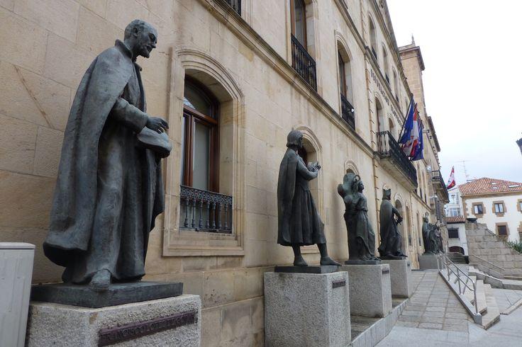Estatuas del edificio de la Diputación Provincial de Soria