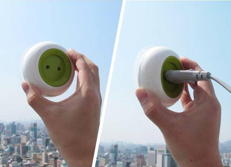 Cette invention, Window Socket, est le labeur dedeux designers Sud-Coréens, Boa Oh et Kyuho Song. Une invention comme on aimerait en avoirplus souvent! Ce concept révolutionnaire, qui n'est encore qu'un prototype, permet de colleruneprise électrique à une vitre ou tout autre support comme solution pourles problèmes de rechargement de batterie. Il s'agit d'une prise de …