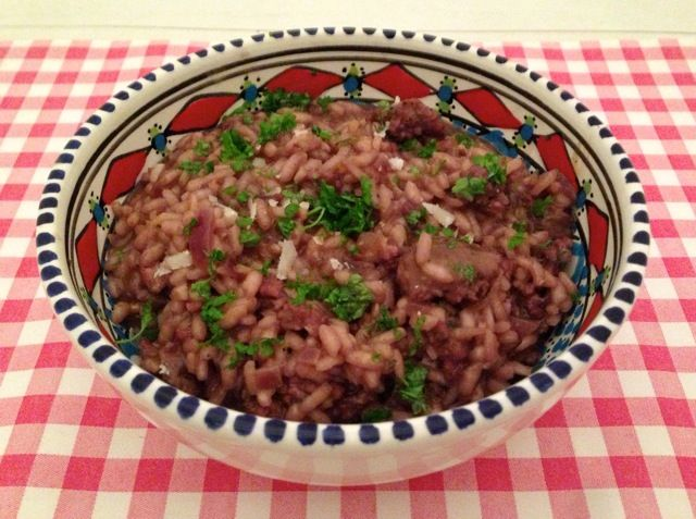 Ook de lekkerste risotto met roden wijn en verse worst maak je natuurlijk helemaal zelf. Bekijk dit lekkere risotto recept op AllesOverItaliaansEten.nl!