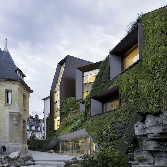 A Amiens, l'agence d'architecture Chartier Corbasson a réalisé l'extension de l'hôtel Bouctot-Vagniez, immeuble de style art nouveau qui abrite la Chambre de Commerce et d'Industrie de Picardie.