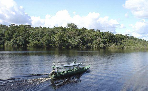 Barco cruzando o rio Amazonas