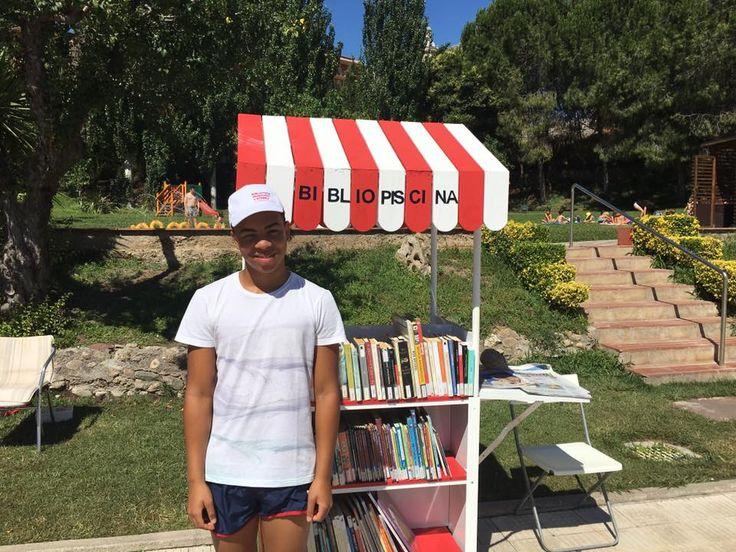 """Avui iniciem el servei a la piscina """"Bibliopiscina"""" fins al 31 d'agost de dilluns a divendres d'11.30 fins les 18.30 trobareu els diaris del dia, revistes i novel.les d'adults i contes per als nens i nenes #esparreguera #quèfemalesbiblios #bibliopiscina #bibliopiscina2017"""