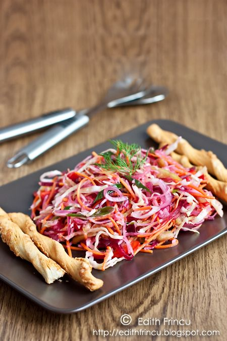 SALATA CU VARZA, RIDICHE SI SFECLA- O salata cu muuulte vitamine si un amestec de arome incredibil. Poate fi consumata ca atare sau ca garnitura (langa un gratar merge perfect!). Ne trebuie: