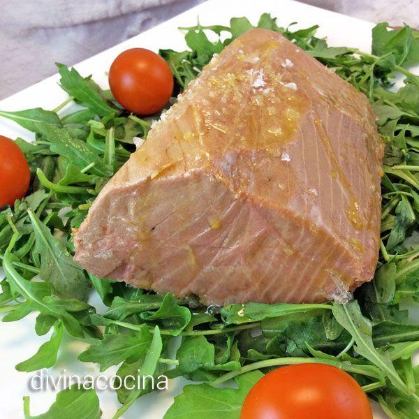 Cortado en lonchas, con unas pimientas en grano y rociado con aceite, este atún a la sal se conserva muy bien en la nevera en un recipiente hermético.