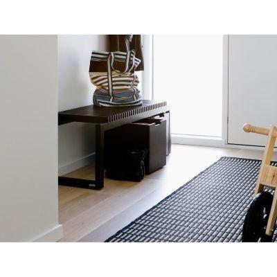 Cutter er en multifunksjons benk med et vakkert, skulpturelt uttrykk. Den kan brukes overalt og i ma...