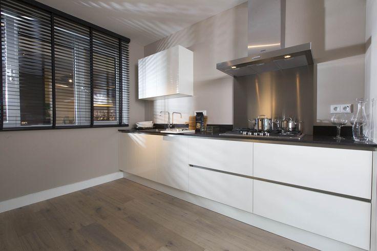 Keukenopstelling excellent pakket van #voortman #keukens in #parallelopstelling #greeploos en #hoogglans wit