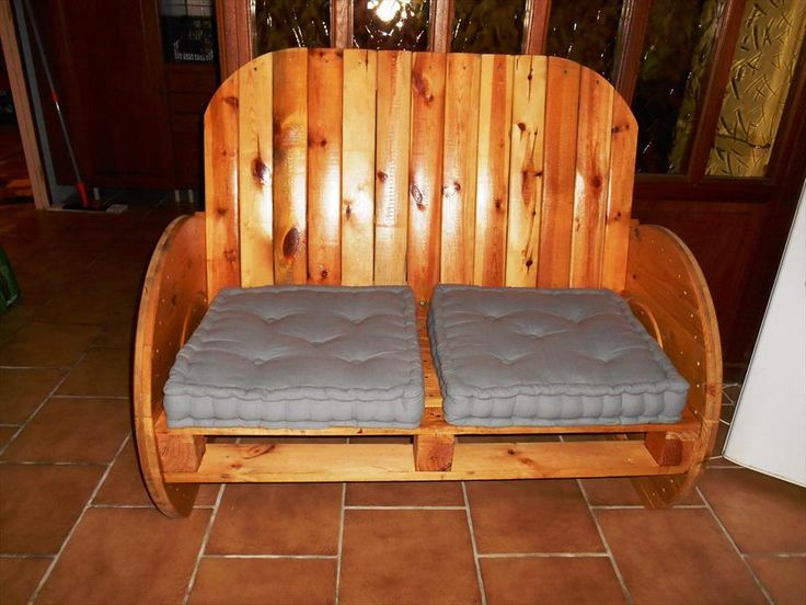 DIY Pallet + Spool Cushioned Seat - Upcycled Pallet Projects and Furniture