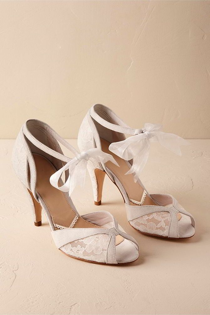 Airy and comfortable, these peep-toes stand out with translucent ivory lace and a romantic organza ribbon.