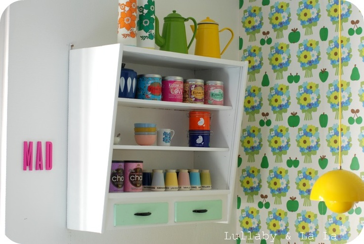 Love the kitchen shelf, wallpaper, lamp and not least the Kronjyden collection ;)