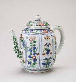 Jingdezhen [Jiangxi Province, China], Teapot and lid reign of Kangxi, c.1690-1710