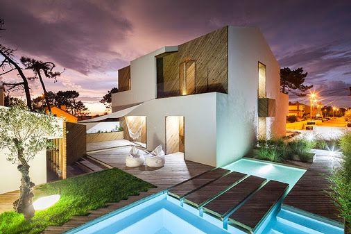 La casa Silverwood nasce da piedi di un uomo lungo la spiaggia di Mindelo, Portogallo. Il risultato è una casa completamente trasformata caratterizzata da pareti bianche Stark e  *rivestimento in legno* meticolosamente diagonale.
