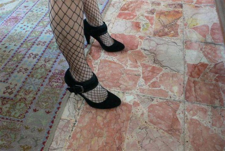 Elena è impiegata ed ha 32 anni porta 37 di scarpe. E' alta 1 metro e 70 centimetri (dalle foto sue intuisce), ha capelli neri corti e occhi azzurri.  Le piace l'esibizionismo, http://ipiedipiubellidelmondo.com/i-piedi-elena/
