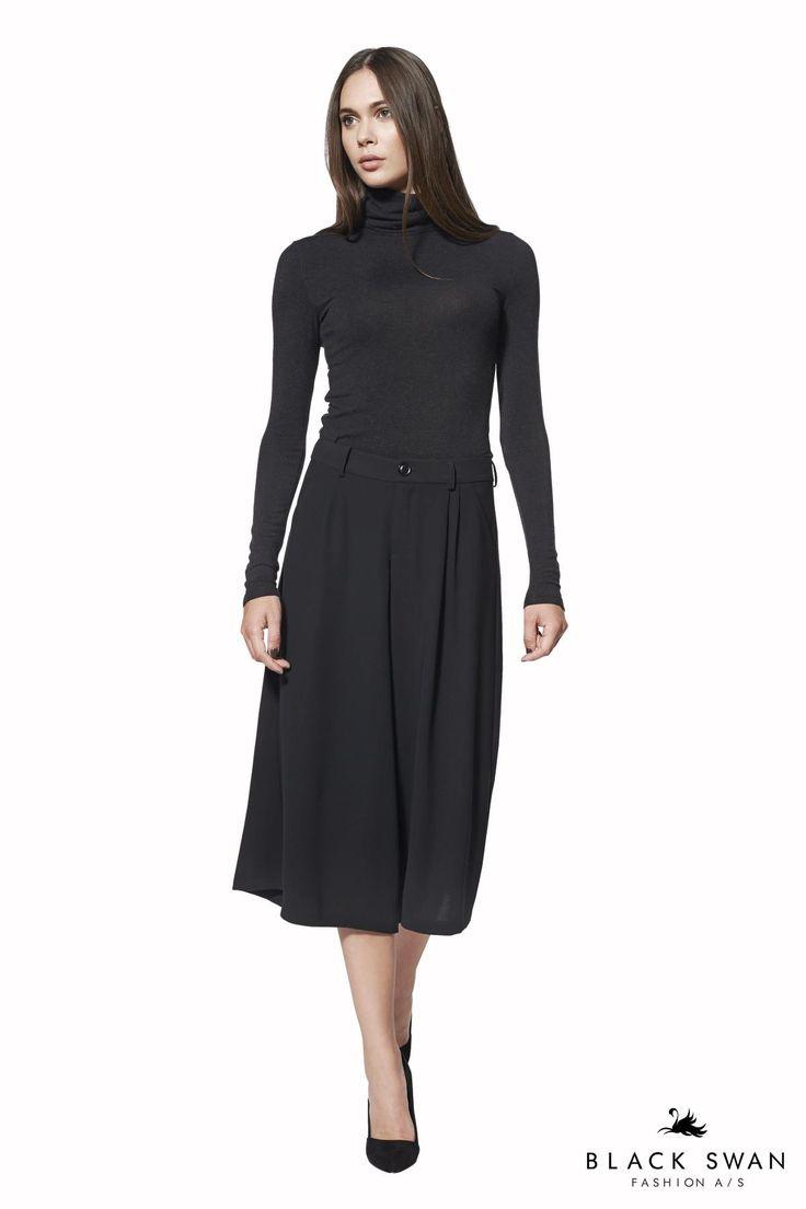 Smuk langærmet top der sidder tæt til kroppen og understreger din figur. Lovely rollneck top and flared pant. Black Swan Fashion