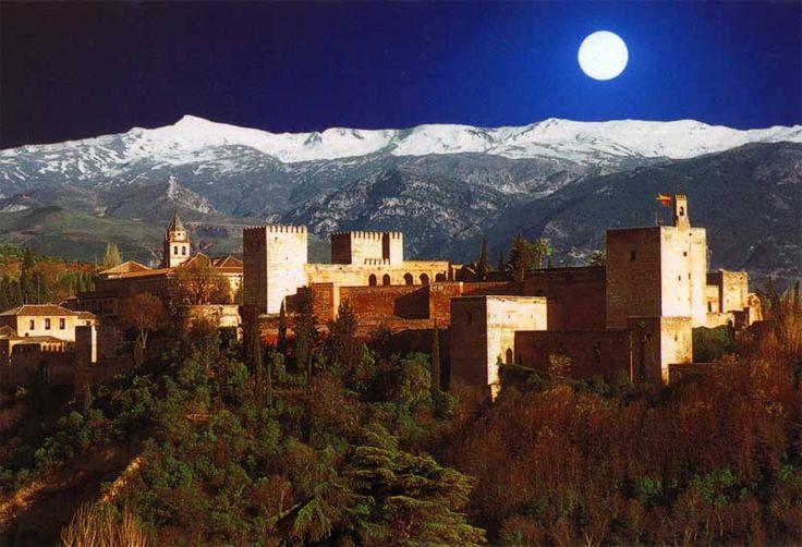 """La Alhambra de Granada es un ejemplo de lo que era una alcazaba para tiempos de al-Ándalus. Él termino se utilizaba para designar al recinto fortificado situado dentro de una medina o ciudad para refugio de una guarnición o de los gobernantes de la plaza, por lo que la Alhambra era una """"fortaleza urbana"""", por llamarla así."""