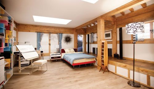 Sanggojae: the larger bedroom; love the mix of traditional architecture and modern furniture! Not to mention the drafting table: charming!