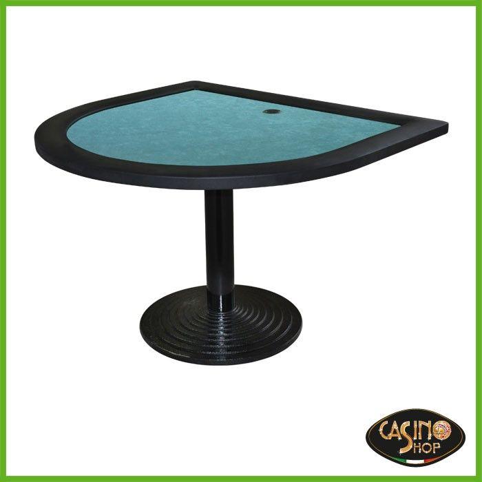 ART.0095  Tavolo con predisposizione per tre pc. Può essere adibito come internet point.  Tavolo caratterizzato dalla forma a mezza luna e dalla base in ghisa.  Panno in microfibra colore verde e padded rail in similpelle colore nero.  Dimensioni: L120 x 110 cm.