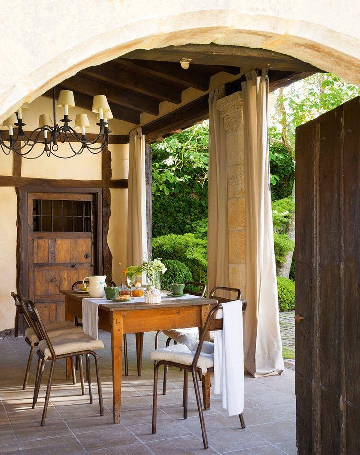 Porche Unas cortinas de algodón, de Ikea, resguardan el porche del sol. La lámpara, de Artespaña Bilbao. Dos puertas del siglo XVIII se rec...