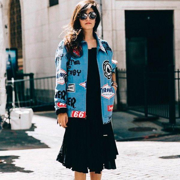 Patch Mania! Usando um vestido preto simples e uma jaqueta de Patch seu look fica completamente diferente e moderno