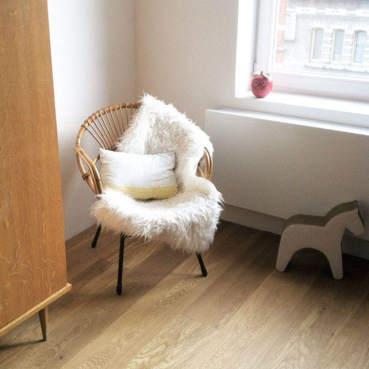 chaise en rotin peau de mouton joli coussin id es. Black Bedroom Furniture Sets. Home Design Ideas