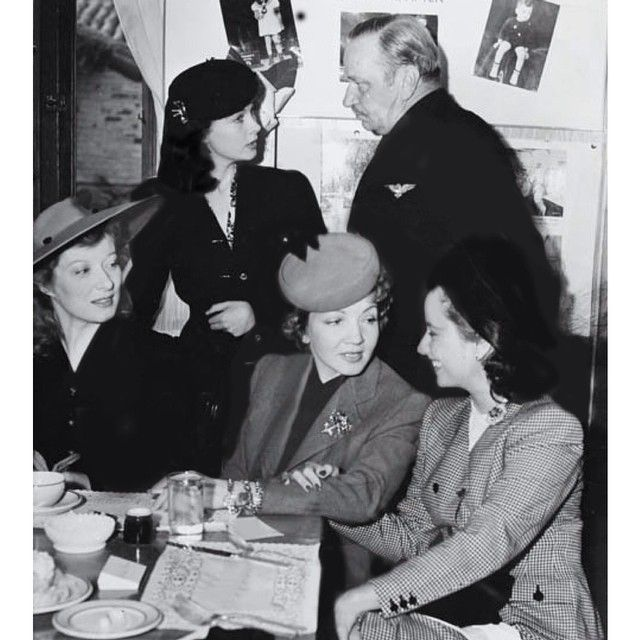 """summers-in-sunnydale: """" Greer Garson, Vivien Leigh, Wallace Beery, Claudette Colbert and Merle Oberon at a Luncheon for Louis B. Mayer (1940) """""""
