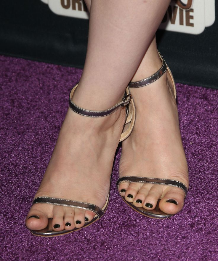 "http://www.feetpedia.net/2015/12/dove-cameron_6.html Acttress Dove Cameron attends the premiere of Disney Channel's ""Descendants"" at Walt Disney Studios on July 24, 2015 in Burbank, California. uKcelSY.jpg (2400×2866)"