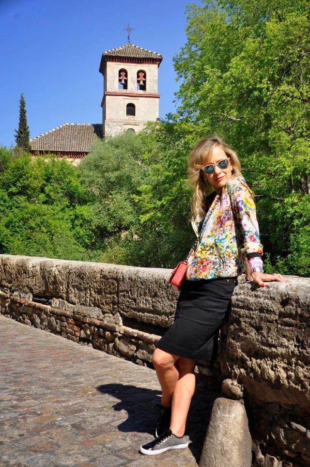 Floral Casual Chic 25-7-2014 #kissmylook bomber de seda/ floral silk bomber: Zara falda tubo/ pencil skirt: Pedro del Hierro top lencero/ lace top : Sfera zapatillas/ sneakers: Pedro del Hierro