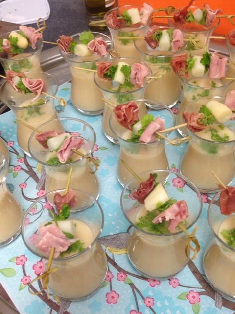 Aspergesoep in glaasje met spiesje van 2 hamsoorten