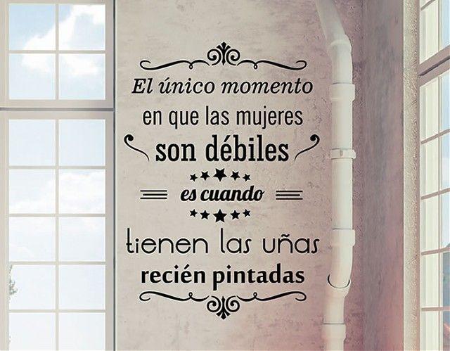 """#Vinilos #Textos #Decorativos """"El único momento en que las mujeres son débiles, es cuando tienen las unas recién pintadas"""""""