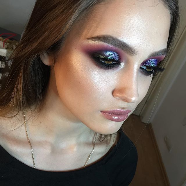 макияж на обычных цветных карандашах , для губ и глаз, конечно, и подводки @wycon_cosmetics фиолетовой, вполне достойно растушёвывается, что редко случается с фиолетовыми подводками, и очень красивый цвет  #nophotoshop #noedit #nofilter  For the eyemakeup I used regular lip and eyes pencils, in order to intensify the eyeshadows, and a violet eyeliner by @wycon_cosmetics ,which blends smoothly something that is not common for a violet color based products. #model beauty Ximena 👸🏼 :  #mua…