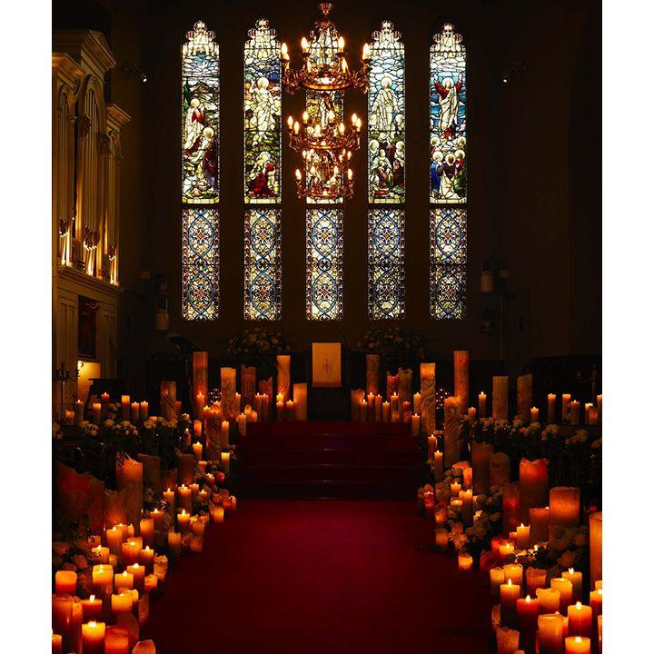キャンドルの演出で非日常の空間を。歴史ある教会にキャンドルを灯すことで、幻想的な世界が広がりますよ♪