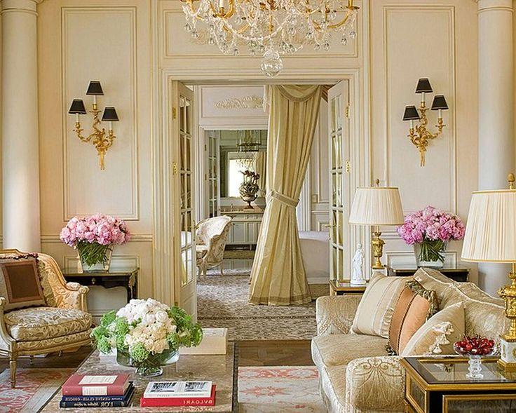 Французские интерьеры: 80 роскошных идей для аристократов и просто ценителей прекрасного http://happymodern.ru/francuzskie-interery/ Многочисленные подушки на мягких диванах в французском стиле