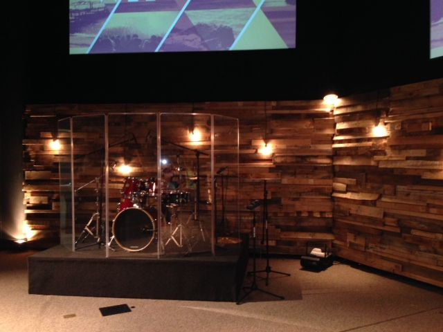 Re purposed wood pallets for church worship stage deko for Raumgestaltung jugendarbeit