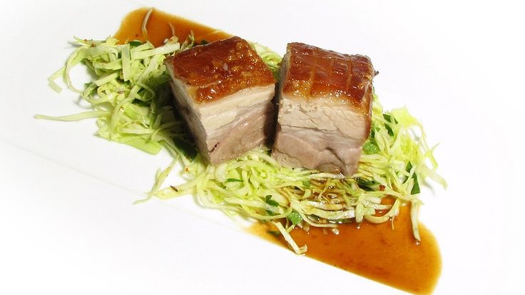 """Schuhbecks Krustenbraten vom Schwein lädt so richtig zum Schlemmen ein. Der Meisterkoch wünscht  """"Guten Appetit""""!"""