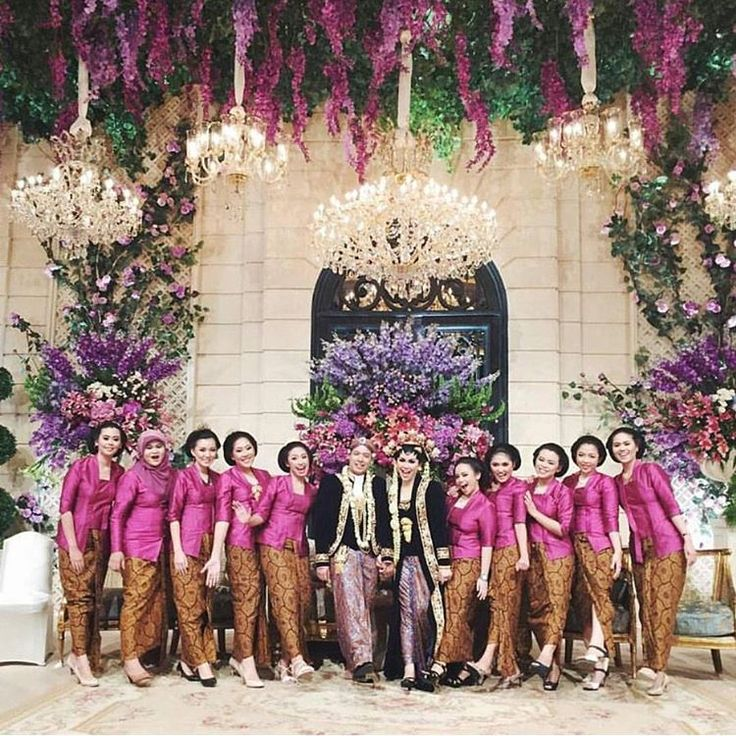 """""""A lovely shot from #lukikenwedding, the gorgeous team of their bridesmaids. Beautifully clad in pink kutubaru kebaya, we particularly love how the shade…"""""""