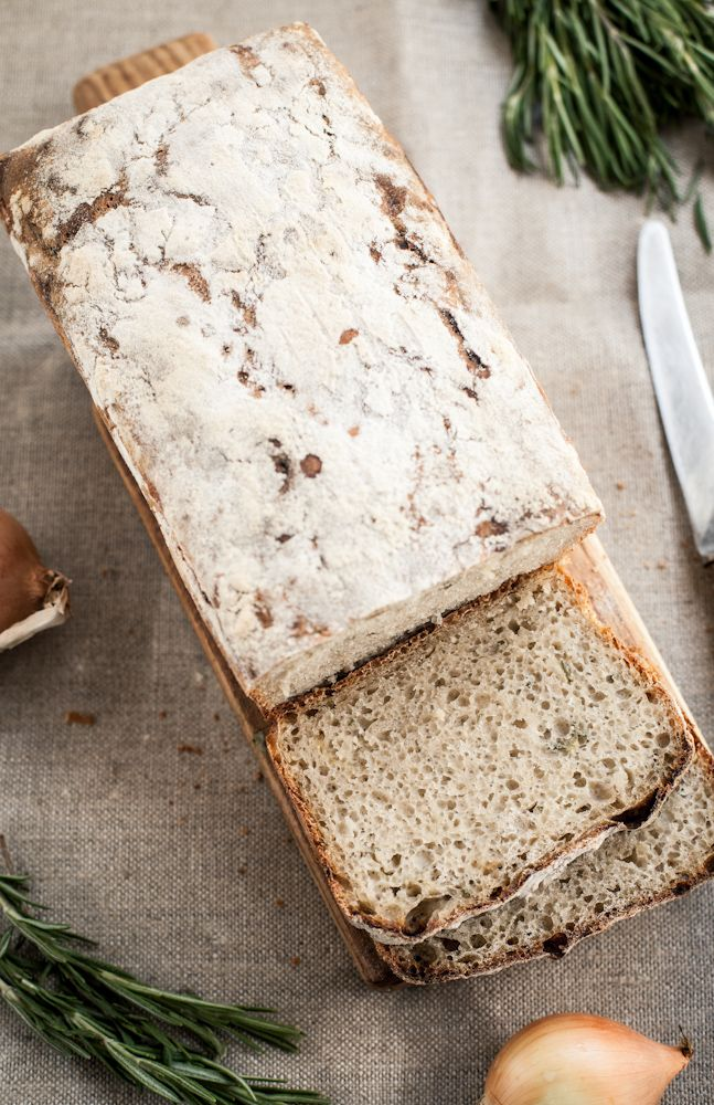 Chleb z rozmarynem i cebula