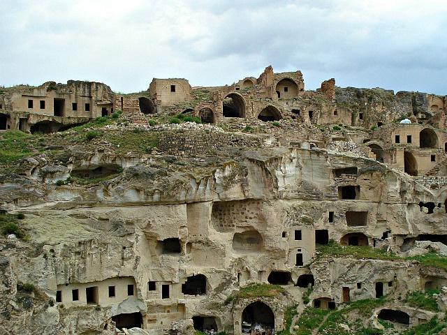 Rock houses in Goreme, Turkey now abandoned. Göreme'de terk edilmiş mağara-evler.