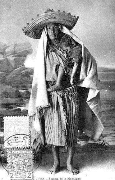 Une femme de la montagne  L'archétype de la rifaine, telle qu'on peut en croiser encore aujourd'hui: large chapeau à pompons et serviette rayée autour de la taille. Mère courage aux pieds nus, mais au regard d'acier, exaltant la fierté et la détermination des montagnards du Rif.