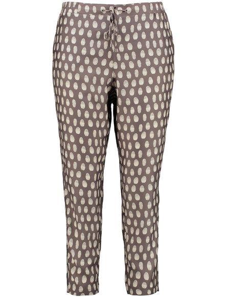 De opvallende polka dot maakt deze 3/4 broek een effectieve eye-catcher in je outfit! De fijn glinsterende viscose kwaliteit draagt aangenaam en gemak... Bekijk op http://www.grotematenwebshop.nl/product/trendy-bedrukte-broek/