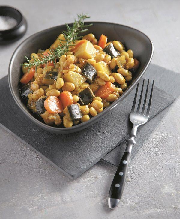 Τα φασόλια με μελιτζάνες είναι ένας πολύ νόστιμος και χορταστικός συνδυασμός. Σε αυτή τη συνταγή προσθέτετε και λίγο κάρι, που δίνει εξωτική γεύση στο πιάτο και τους πάει πολύ.