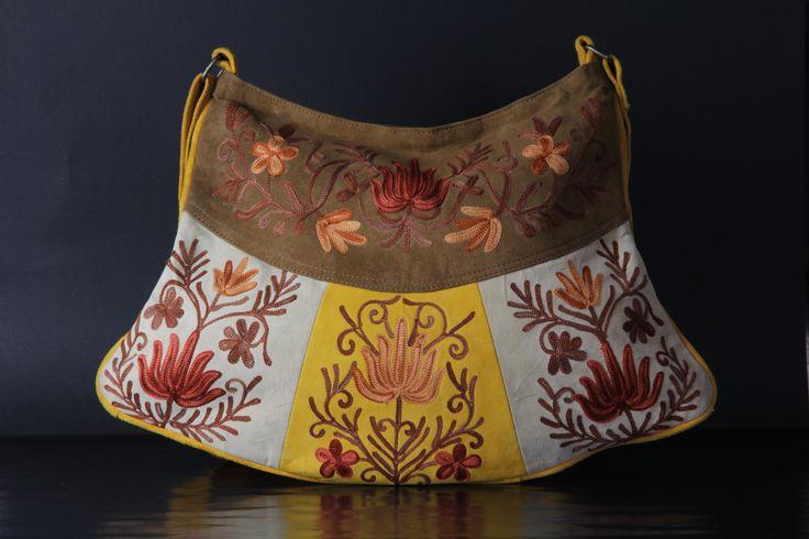 Bolso de piel tipo ante. Confeccionado artesanalmente en el Vallle de Cachemira. Bordado con motivos florales. Colección KSA.