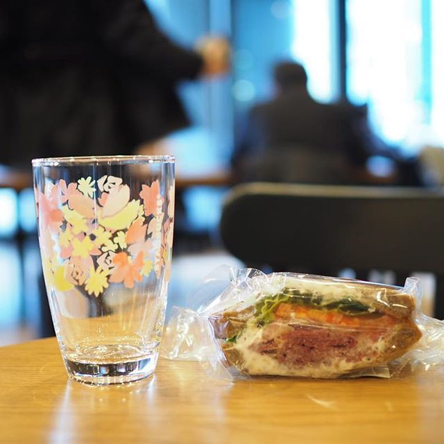 【yurika.sweet】さんのInstagramをピンしています。 《... 【スターバックス】 ▪︎パストラミサンドイッチ 大麦ブレッドに、パストラミビーフ、ローストアーモンドを混ぜ込んだクリームチーズ、オニオンのマリネ、トマト、グリーンリーフをサンドし、ハーブソースで仕上げました。食べ応えのあるパストラミビーフをさわやかな味わいで楽しめるサンドイッチです。 #スターバックス #スタバ #パストラミサンドイッチ  #パストラミ #サンドイッチ #桜 #さくら #starbacks》