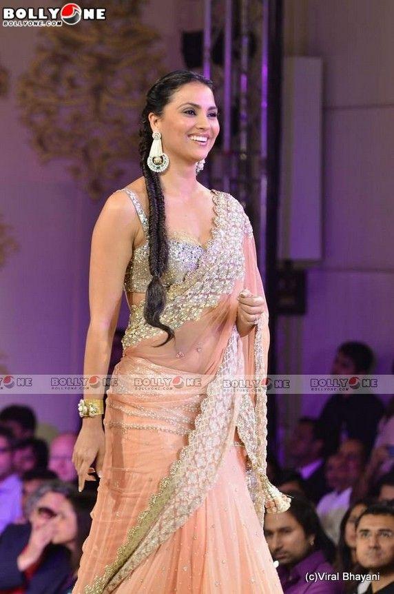 Lara Duttas saree blouse at Mijwan fashion show   lahenga saree    saree blouse design bollywood saree