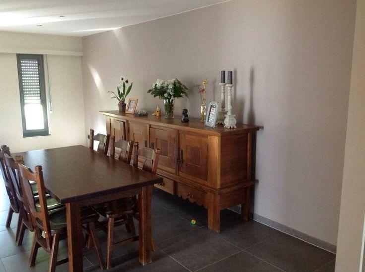 Tafel, stoelen en dressoir voor het zandstralen