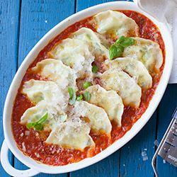 Pierogi ze szpinakiem zapiekane w sosie pomidorowym | Kwestia Smaku