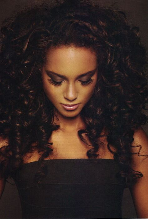 Not a big fan of curly hair but i love Alicia Keys hair like this<3
