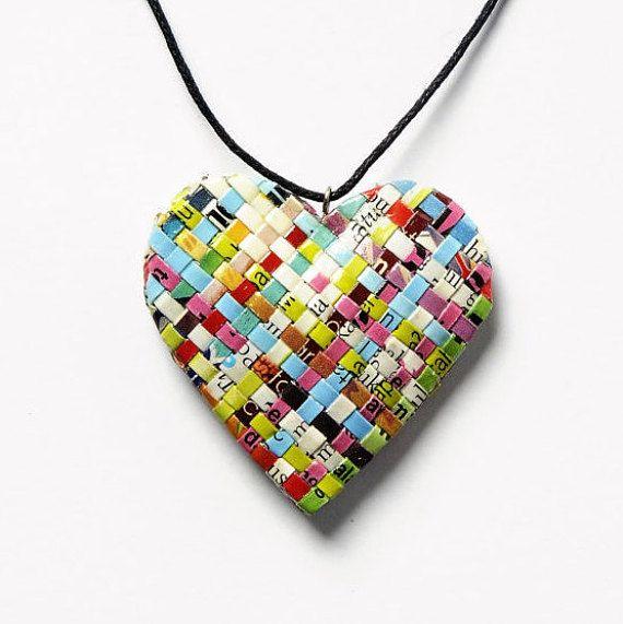 Dit hart vorm papier ketting is gemaakt door dunne reepjes van gevouwen papier van tijdschrift weven. Het heeft zijn  eigen unieke kleur en textuur als geen andere hart zou hebben. Zeer licht in gewicht. Gelakt voor bescherming.   De hangend komt aan een koordje met springslot  Afmetingen:  Lengte van tekenreeks 28.3/ 72 cm Lengte van rechts naar links 1,8 4.5 cm 2/16(0,2 cm) dikte  Gewicht: 0,10 ounce/3 gram een paar.  **************************************************  Mijn producten…