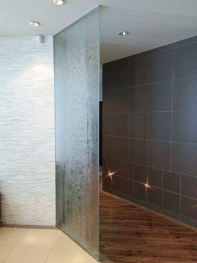 Une cloison en verre thermoformé fait par Verre Design/ A glass partition wall done by Verre Design