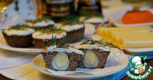 """Закусочные капкейки"""":      Печень куриная (можно говяжью) — 300 г     Яйцо куриное — 1 шт     Крупа манная — 1 ст. л.     Картофель (взвесила, 70 гр, размером примерно как крупное яйцо) — 1 шт     Сметана — 1 ст. л.     Огурец маринованный (примерно) — 1 шт     Яйцо перепелиное (примерно) — 10 шт     Чеснок — 2 зуб.     Соевый соус (примерно) — 4 ст. л.   Источник: http://www.povarenok.ru/recipes/show/135541/ http://www.povarenok.ru/recipes/show/135541/"""